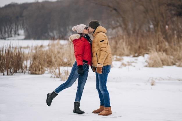 バレンタインの日に若いカップル