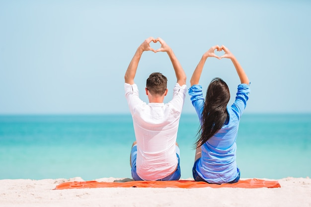 Молодая пара на белом пляже во время летних каникул. счастливая семья наслаждается медовым месяцем
