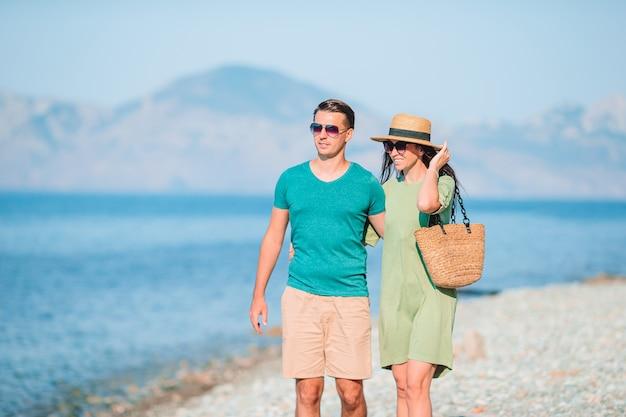 夏休み中に白いビーチで若いカップル。