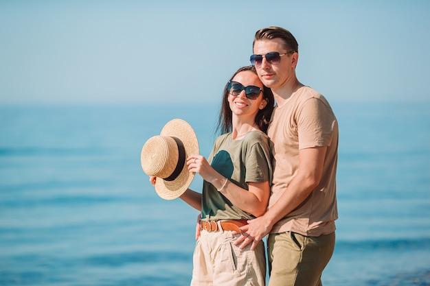 夏休みの間に白いビーチで若いカップル。