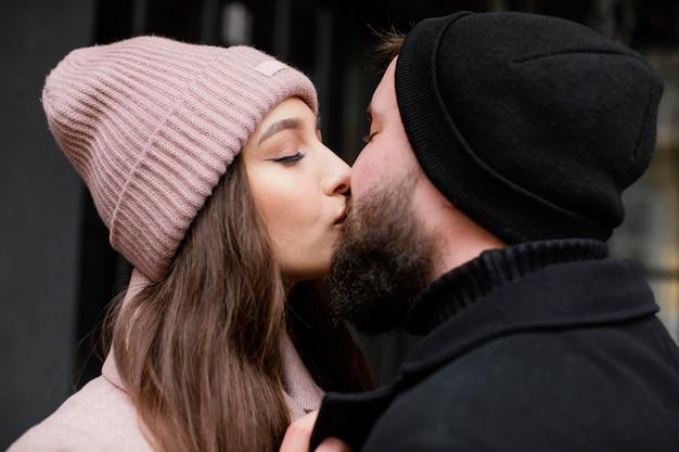 若いカップルの屋外キス