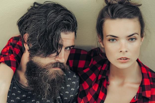 灰色の背景に屋外の若いカップル