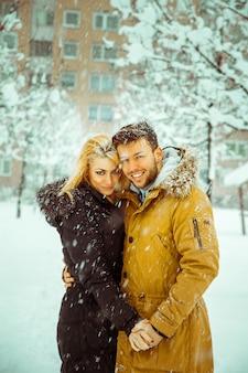冬の屋外の若いカップル