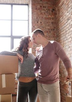 若いカップルが荷物をまとめて新しい場所に移動する