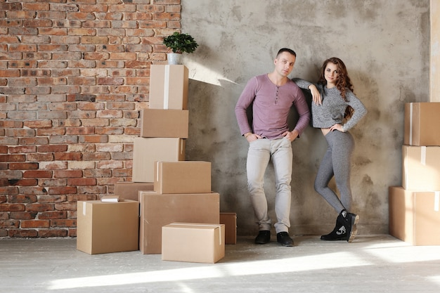 Giovani coppie che imballano le cose per trasferirsi in un nuovo appartamento