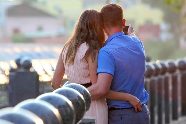 휴대 전화에 자신을 촬영 하는 젊은 부부. 사람들 사이의 친밀한 관계
