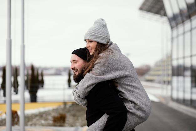 Молодая пара на прогулке