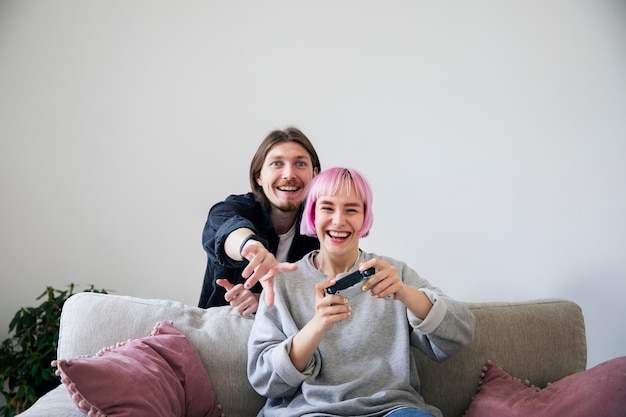 家でビデオゲームをしている若いカップル