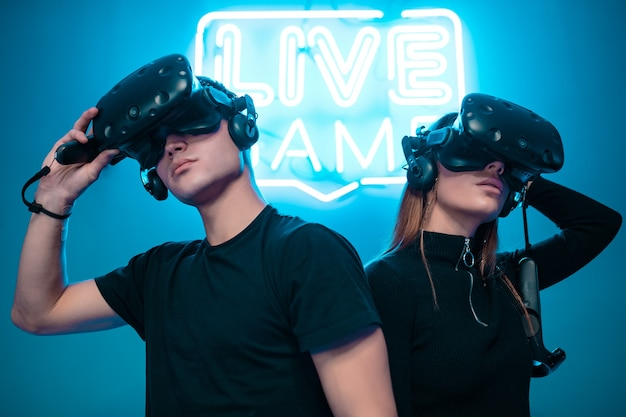 Молодая пара, играя в игры. киберспорт.