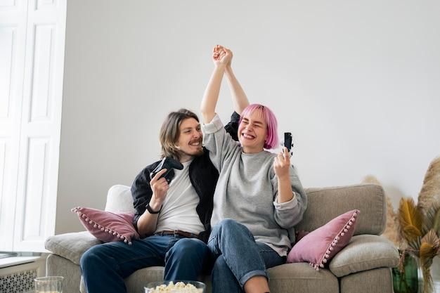 Coppia giovane giocando a un videogioco a casa