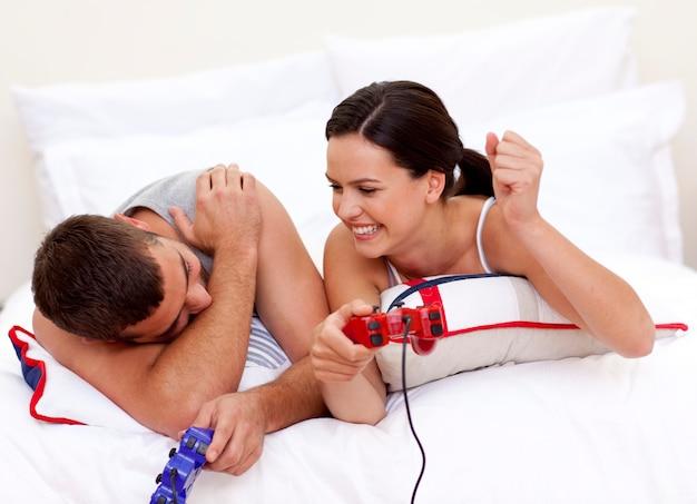 若い、恋人、ベッド、ビデオゲーム、遊び