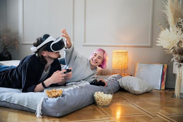 Giovani coppie che giocano un gioco di vr