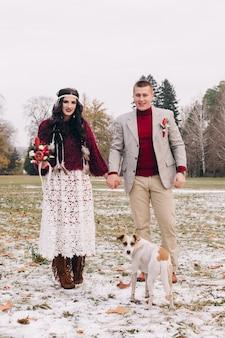 Молодая пара позирует для свадебной фотосессии в стиле бохо в стиле бохо