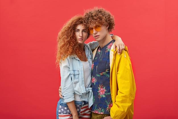 Молодая пара позирует в студии