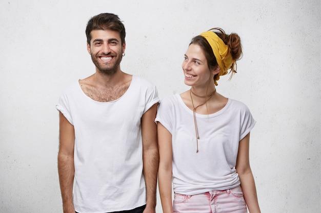 若いカップルがスタジオでポーズ