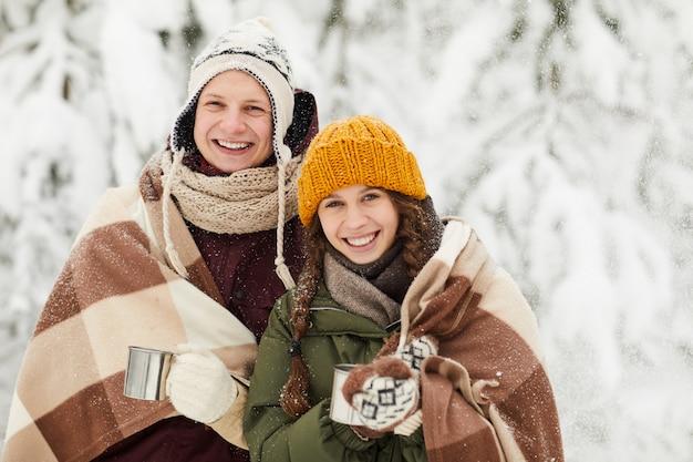 若いカップルが冬にポーズ