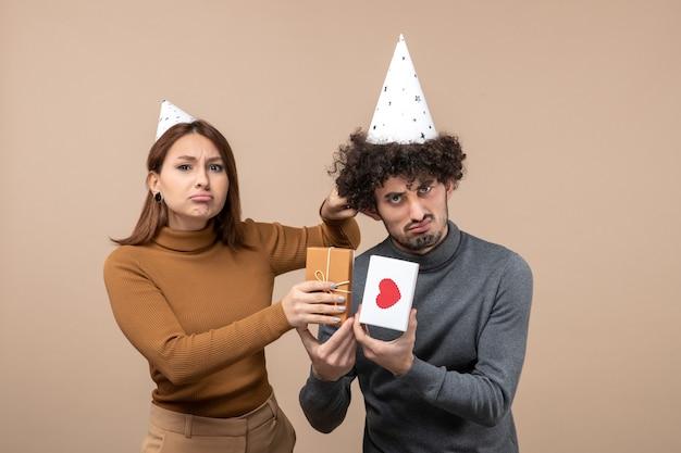 Una giovane coppia in posa in studio