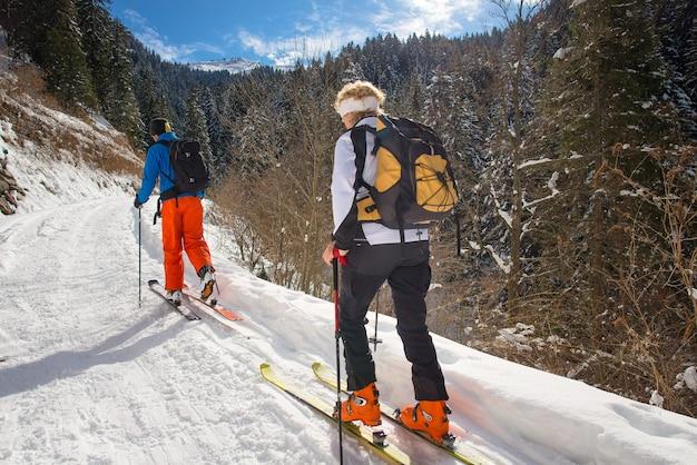 산에서 스키를 연습하는 젊은 부부