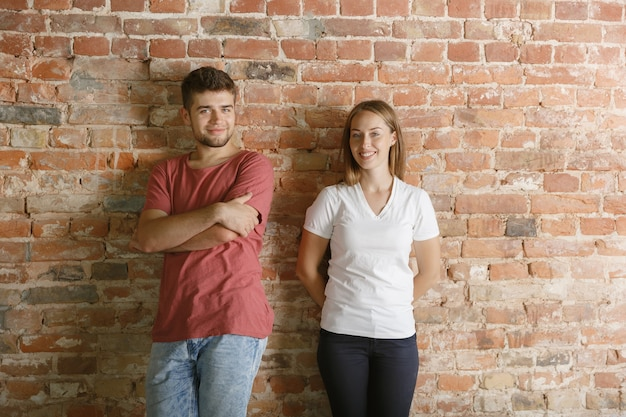 Молодая пара готовится вместе делать ремонт квартиры.