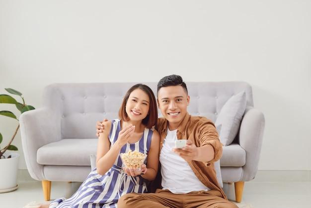 映画を見る準備をしている若いカップル