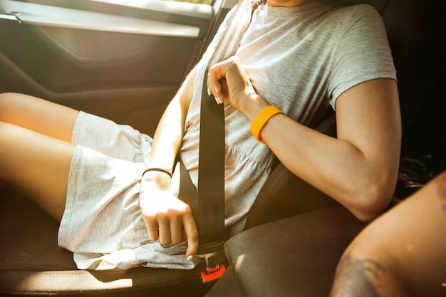 Giovani coppie che preparano per il viaggio di vacanza in macchina in una giornata di sole.