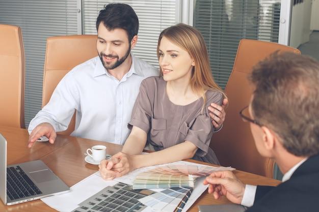 Молодая пара покупка аренды недвижимости недвижимости