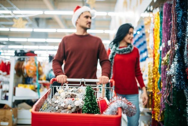 슈퍼마켓에서 휴일 훈장을 구입하는 젊은 부부