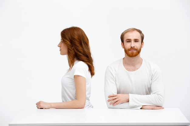 若いカップル赤毛の男と座っている女性
