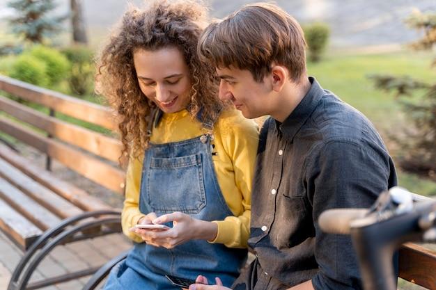 Молодая пара, отдыхая вместе на открытом воздухе