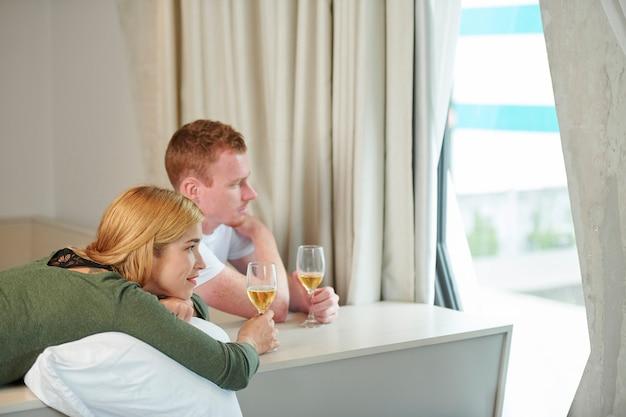 Молодая пара, отдыхая дома
