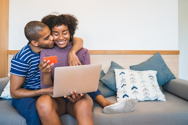 Молодая пара, покупки в интернете на дому.