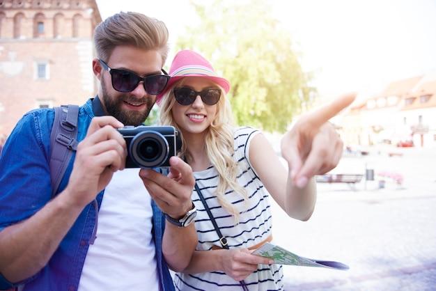 Молодая пара, осмотр достопримечательностей старого города