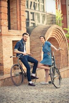 도시 맞은 편에 자전거에 앉아 젊은 부부
