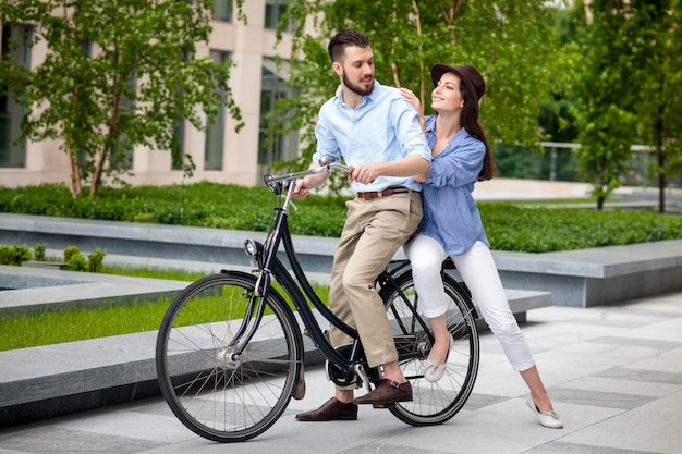 自転車に座っている若いカップル
