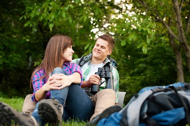 空き地に座っている若いカップル
