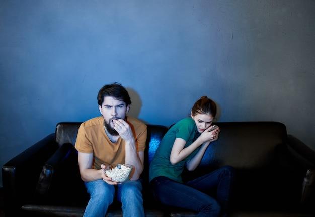 무서운 영화를보고 저녁에 소파에 앉아 젊은 부부