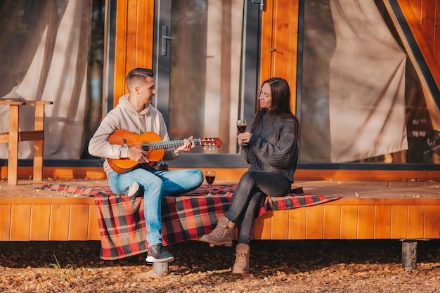 가을에 자신의 집 테라스에 앉아 젊은 부부