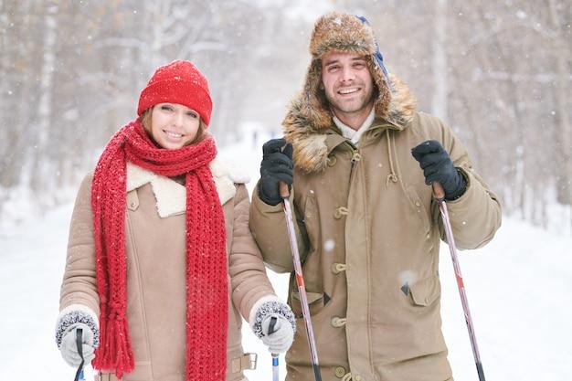 Молодая пара на лыжах вместе