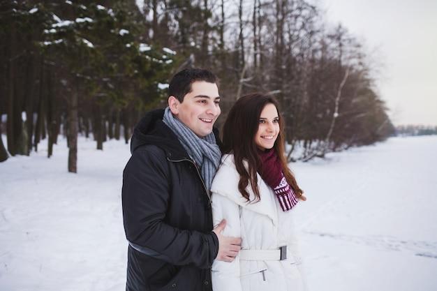 若いカップルの笑顔