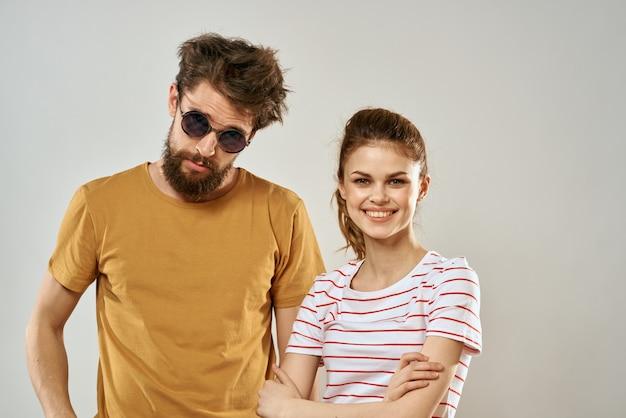 若いカップルの社交ロマンスライフスタイルファッション楽しい明るい背景。