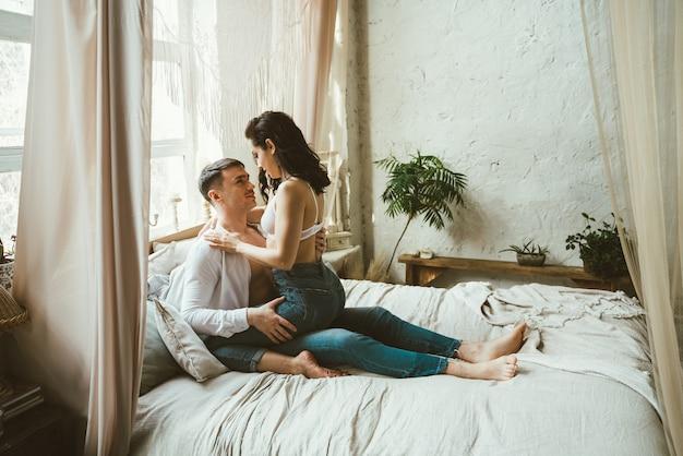 彼らの美しい田舎の家で時間を過ごす若いカップル