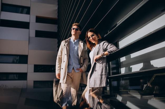 Молодая пара стоит у здания