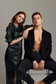 Молодая пара стоит рядом с портретной роскошной интимной романтикой.