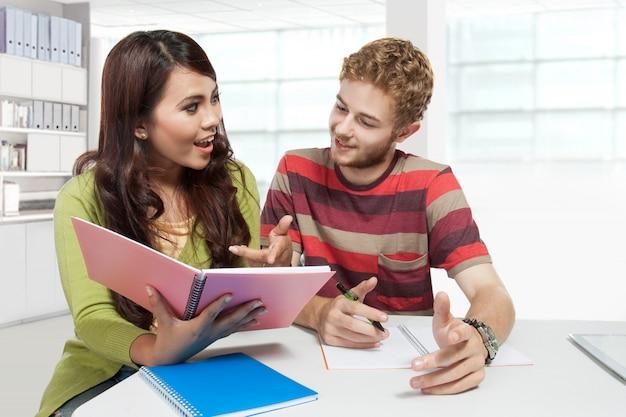 若いカップルが一緒に勉強します