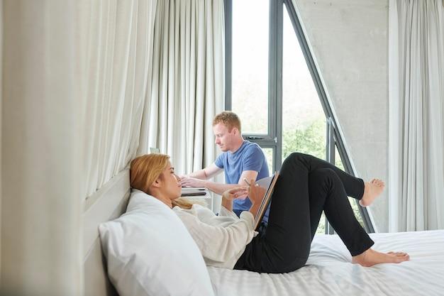 家で勉強している若いカップル