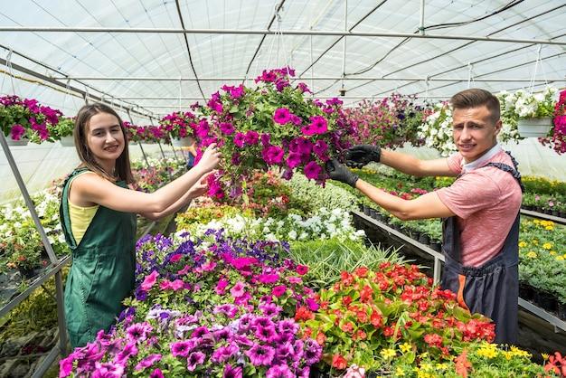 꽃을 돌보는 젊은 부부