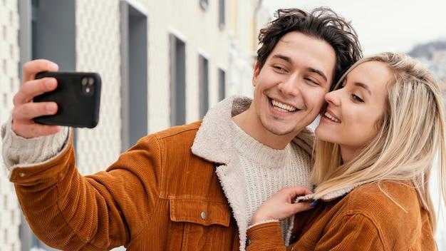 写真を撮る若いカップル