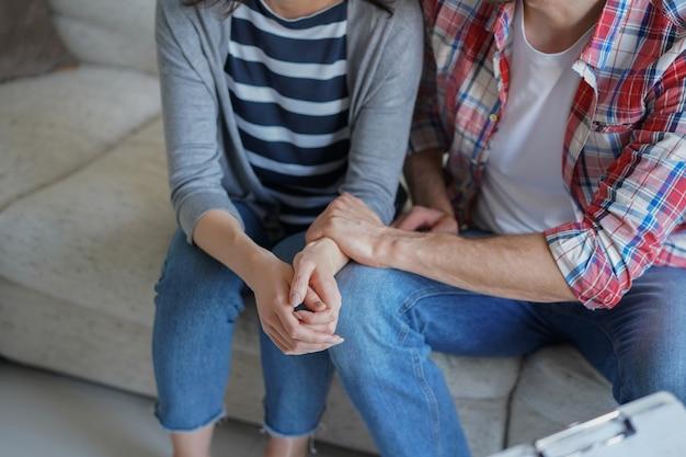 オフィスで心理学者と彼らの問題について話している若いカップル。