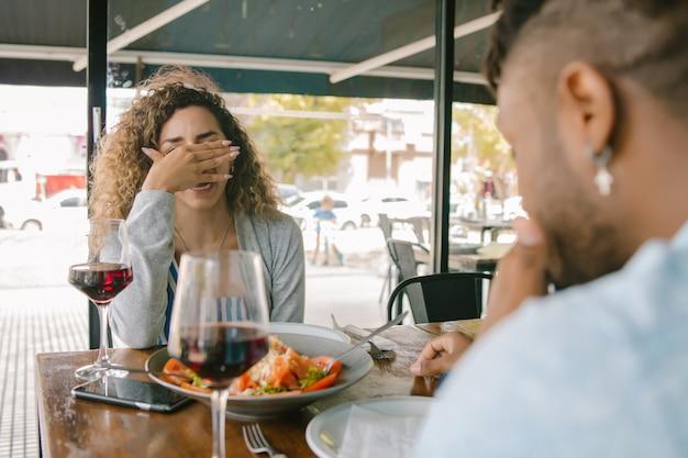 レストランで一緒に昼食をとりながら話している若いカップル。関係の概念。