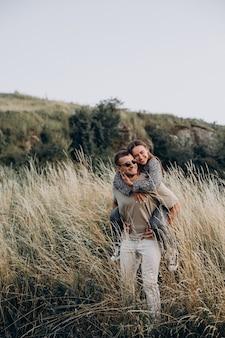 牧草地で一緒に若いカップル
